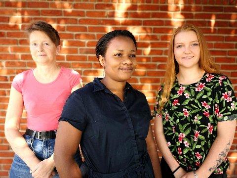 JAGET ETTER EKSTRAVAKTER: Annika C. Abrahamsson, Francine Simwenay og Monika Olsen jobber innen helsesektoren i Halden. De lever fra måned til måned med usikkerhet.