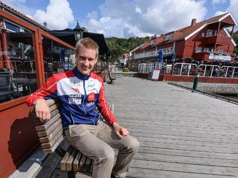 Olav Lundanes passende nok foran Kongens Brygge i Halden.