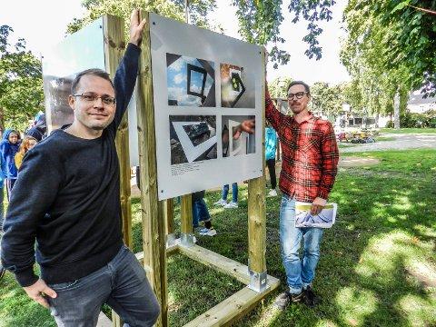 BILDER I DET FRI: Andreas Pedersen (tv) og Pål Henrik Ekern ved noen av bildene som stilles ut i Busterudparken.