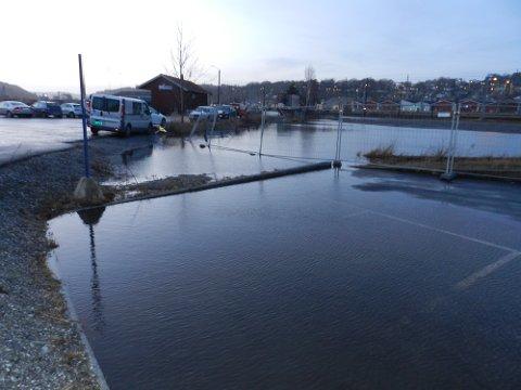 PÅ MØLEN: Vannet stiger, men foreløpig er det ingen dramatikk.