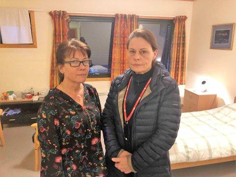 BEKYMRET: LIllian Axelsson og Barbro Holmgren Gadd er begge hjelpepleiere med fast ansettelse i Halden kommune. De bor to timers kjøretur fra Halden og har fått overnatte på ledige rom på Karrestad. Nå er de bekymret over at denne ordningen opphører.