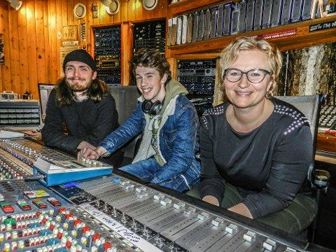 SPENNENDE: Nå kan du gå i studio og lære deg digital musikkproduksjon. Fra venstre: Tekniker og kursansvarlige Dag Erik Johansen, Christian Brynildsen og rektor Anne Navestad.