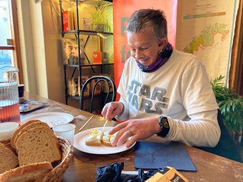 KLAR FOR FROKOST: Trond-Terje har gjort ferdig morgentreningen og kommet seg til Kirkens Bymisjon. Han gleder seg til hver dag han kan starte dagen med en frokost sammen med de andre.