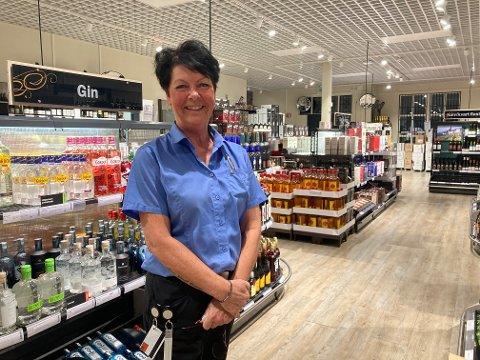 FORNØYD: Butikksjef Anneli Christiansen er strålende fornøyd med omsetningsøkningen på Vinmonopolet i Halden.