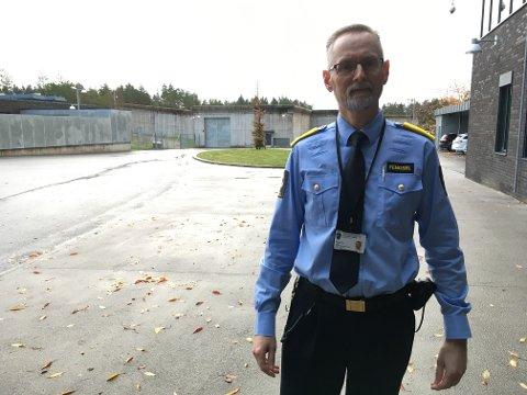 20 MILLIONER: Assisterende fengselsleder i Halden fengsel, Jan R. Strømnes, forteller at de må kutte minst 20 millioner kroner de neste årene.