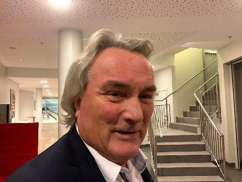 LANGE LOKKER: Per Egil Evensen i Halden Frp har latt lokkene vokse de siste månedene som følge av et veddemål med to av sine barnebarn.