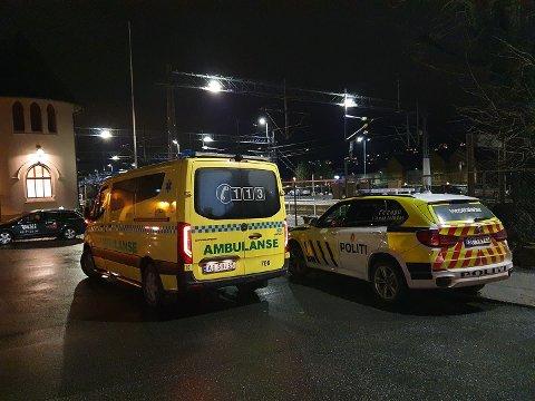 Politi, brann og ambulanse rykket fredag kveld ut til Halden togstasjon.
