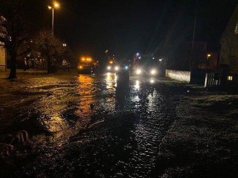Slik så det ut da 1.200 kubikk med vann flommet ut på Holmen etter et brudd i en hovedledning.