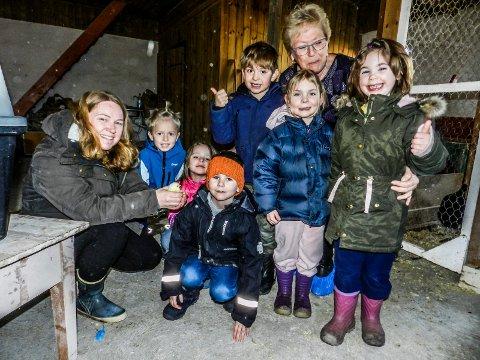 BEST: Nordby Gårdsbarnehage scorer mest. Fra venstre sees styrer Ann-Kristin Clausen, Lars Olav Brække Fjeldseth, Lita Wattum Glende, Matheo Sannerød, eier Monica Brække, Karoline Ekhaug og Sanna Borgaas. Foran på huk sitter Isak Berger.