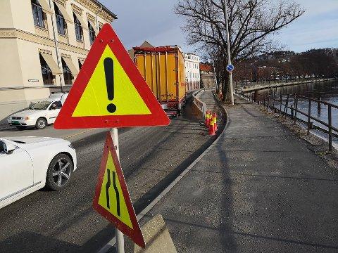 SMALERE VEI: Tista har skylt bort deler av fundamentet under området langs med elva fra Wiels plass og noen titalls meter i retning Vaterland. Veien er innsnevret fram til grunnen er utbedret.