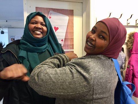 INGEN HÅNDHILSING ELLER KLEMMING: Iman (t.v.) og Shamso er begge aktive deltakere på lekseverkstedet på frivilligsentralen. Fra og med mandag må frivilligsentralen stenge tilbudene på grunn av økt smitte i Halden.