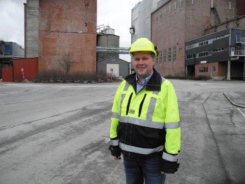 TJENE: Fabrikkdirektør Kjell-Arve Kure på Saugbrugs ser for seg at de vil tjene penger på CO2 . Arkiv.