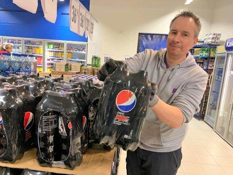 GRENSEVARER: Kjøpmann Jon Myhre ved Rema 1000 på Risum merket umiddelbart økt salg på varer som Pepsi Max, snus og tobakk da de strenge grensekontrollene ble innført. Han opplever også en generell omsetningsøkning som følge av koronakrisen. - Men jeg vi understreke at jeg synes denne koronaen er like bedrøvelig som alle andre, sier han.