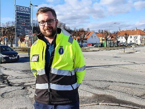 BENYTTER MULIGHETEN: Jonas Kruse Kjølstad i Halden kommune sier til HA at når de graver opp området for å oppgradere VA-anlegget, også vil benytte muligheten til å gjøre noen trafikksikkerhetstiltak.