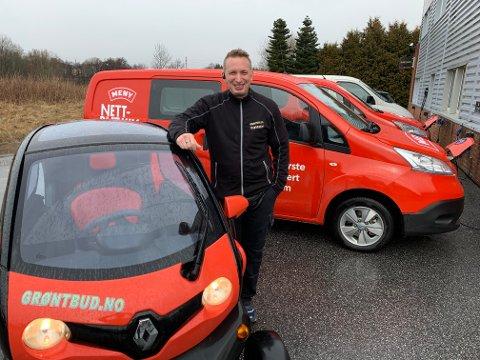 GRØNN: Tommy Gysler har fire biler i budbilparken. To av dem – som du ser i bakgrunnen – er elektriske.