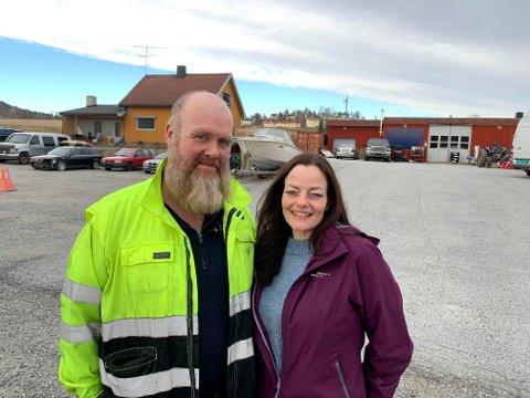 TRIVES: Emil Jensen og Bente Hjørnevik har flyttet inn på Holmbo på Idd. Han driver mekanisk firma og skal altså ha både bosted og arbeidsplass her.