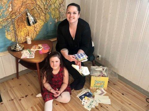 SAMLINGEN: Hanne Mie Marie Svarstad har tatt vare på serviettsamlingen sin. Her sees hun sammen med datteren Lily Antonia (7,5).