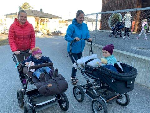 TIL BARNEHAGEN: Sunniva Falch-Pedersen kommer trillende med datteren Agnes (2) og Elise Evensen med Anna Emmeline (2 1/2). Alle fire gledet seg over at Espira Oreid Barnehage åpnet igjen.