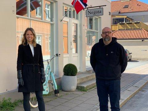 SUKSESSHISTORIE: Daglig leder Marie Midtfjeld (tv) og styreleder Pål Are Sund i Negota AS foran lokalene i Storgata.