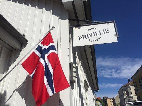 FLAGG: Halden frivillig sentral pynter med flagg 17. mai.