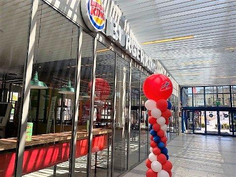 STENGTE DØRER: Ved Tista senter har nå de aller fleste butikker og spisesteder åpnet igjen, men ved Burger King er det fortsatt stengte dører.