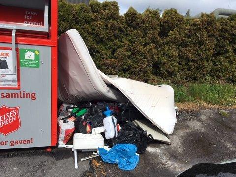 STYGT SYN Slik ser det ut ved miljøstasjonen på Brødløs søndag formiddag. Noen har dumpet masse avfall på utsiden av kontainerne.