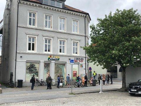 KØ: På søndag var var køen nesten nede ved uteserveringen til Bryggerhuset. Butikksjef Dardan Gashi sier han har tålmodige kunder og setter pris på at de holder avstandsreglene.