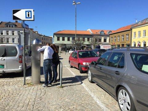 GRATIS: Torget er et av stedene du skal få parkere gratis i én time fra 18. mai og sannsynligvis til ut september. Dette er et arkivbilde.