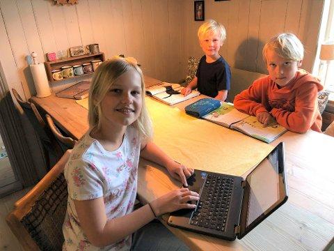 ENDELIG SKOLE: Naomi Holt (11) er glad for at også hun skal få begynne på skolen igjen. Da lillebrødrene Joel (7) og Benjamin (8) fikk starte for to uker siden, synes hun det var kjipt at hun måtte fortsette med hjemmeskole.