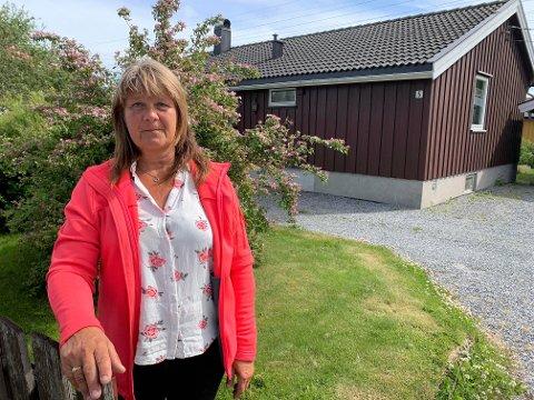 UNDRER SEG: Ellen Lindahl vil gjerne ha kontakt med montøren som kjørte hennes 84 år gamle mor til minibanken på Brødløs tirsdag. – Vi lurer på hva mamma har betalt for, sier hun.