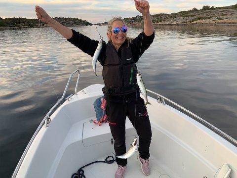 STORFANGST: Cathrine Strand og familien fisket makrell i Skjelbusundet mellom Sauevika og Kjellvika og fikk rundt 50 stykker .