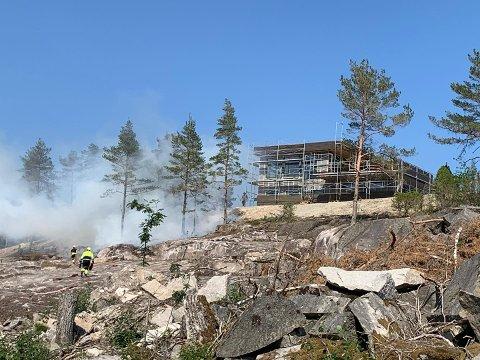 Skogbrannen startet like ved et hus under oppføring.