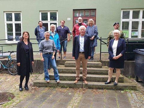 GLADE: Representanter fra Halden historiske samlinger, Halden kommune, Sparebank1stiftelsen Halden og Halden kommunale pensjonskasse samlet foran det som blir byens nye museum.