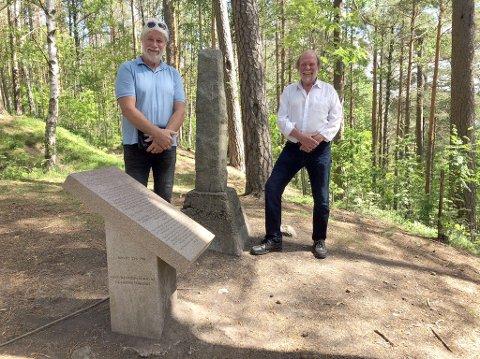 KULTURHISTORIE: Her er Tron Grandal (tv) og Svein Norheim ved Skansen. Foto: Hanne Eriksen