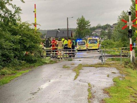 TIRSDAG MORGEN: Alle nødetatene rykket ut etter at en person ble overkjørt av toget ved overgang på Rolvsøy. Personen ble senere bekreftet omkommet.