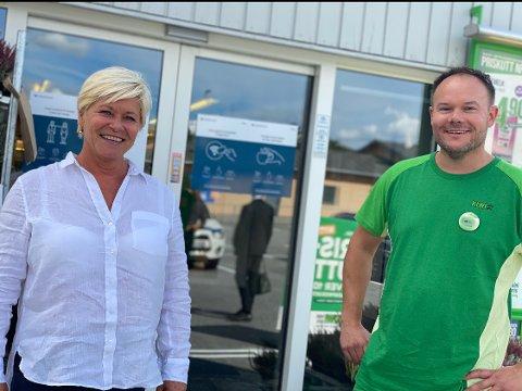 Torsdag ettermiddag tok FRP-lederen Siv Jensen turen innom Kiwi Risum for å snakke om grensehandel. Her sammen med kjøpmann Tomas Halvorsen.