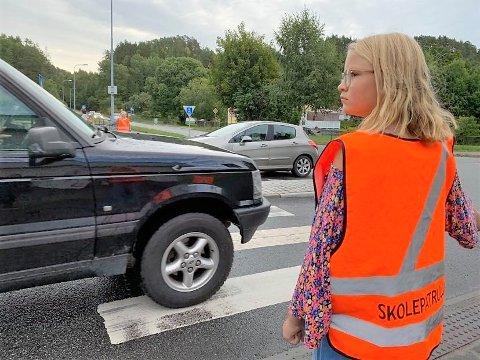MYE TRAFIKK: Langs Iddeveien er det mye trafikk og Ida Elise Femtegjeld (12) følger godt med når hun er på oppdrag for skolepatruljen i krysset ved Kiwi Risum.