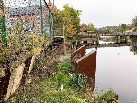 IKKE PENT: I dette området på nedsiden av Rema 1000 i Tistedal er det ikke bare vakkert. I en forespørsel under kommunestyremøtet ble det tatt til orde for en forskjønnelse her.