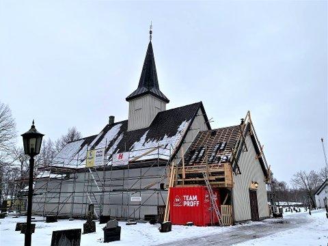 TETT TAK: De siste fire årene har det vært lekkasjer rundt pipa på Idd kirke. Nå skal taket få en etterlengtet restaurering.