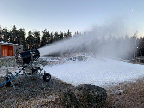 Snøkanoner går for fullt i Tistedalen Skianlegg. Til helgen kan det bli åpning.