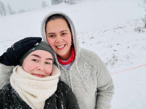 PÅ TUR: Her er Caroline Sparem (22) og kjæresten Siri Kjærstad (24) på tur 2. juledag. Her gikk de også en time før det dødelige skredet brøt ut. Området de gikk i er i dag helt borte, etter det store kvikkleireskredet i Gjerdrum som hittil har kostet syv mennesker livet. Tre er fremdeles savnet.