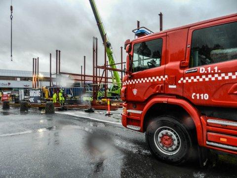 UTRYKNING: Brannvesenet var raskt på plass og sjekket bygningen grundig.