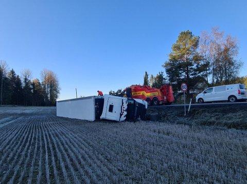 Trailervelt: Ulykken skjedde tirsdag morgen i Våler. Alt skal stå bra til med sjåføren.