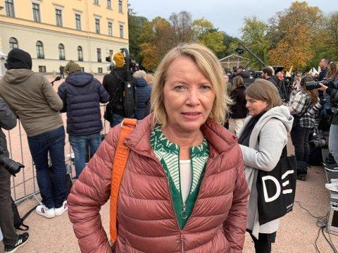 Marie Simonsen er politisk kommentator i Dagbladet. Her står hun sammen med et stort pressekorps på utsiden av Slottet og venter på den nye regjeringen.