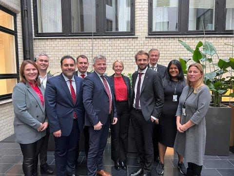 KOMITE: Solveig Østby Vitanza (midt i bildet med rød topp) sammen med de andre som er innstilt til Næringskomiteen på Stortinget.