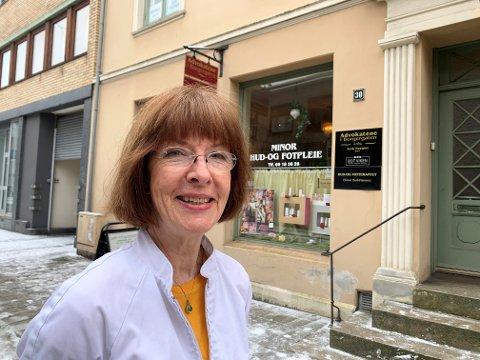 GIR SEG: Elinor Bull-Hansen har drevet som hud- og fotpleier i Halden i 45 år. Kommende fredag har hun siste arbeidsdag. - En gang må du gi deg, sier hun som fyller 67 år i juni.