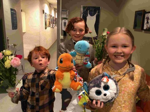 """PREMIERE: Edvard (6) og Anton (10) Jørstad hadde forrige lørdag premiere på musikalen """"Så som i himmelen"""" på Nordland Teater. Her sammen med en av de to andre barneskuespillerne."""