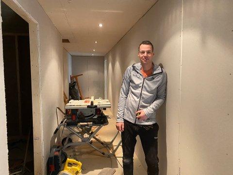 Siden 1. januar har Atle Simonsen brukt kvelder og helger i andre etasje over Sport 1 for å pusse opp lageret. Om en måneds tid er det gjort om til to sentrumsleiligheter.