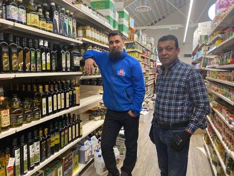 SNART ÅPNING: Imran Khan (t.v.) og Abid Hussain står på for å gjøre butikken på Høvleriet klar til åpning.