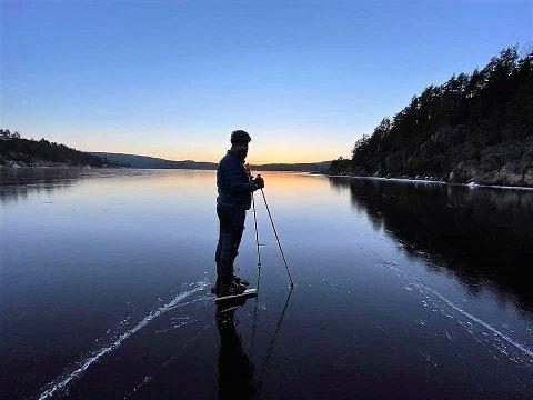 PÅ SKØYTER: Her er Frank Skogen fotografert ved Langholmen camping i forrige uke. Han liker å stå på skøyter, men ber folk være oppmerksom på isen, spesielt rudt Skriverøya.